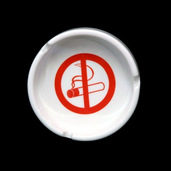Nichtraucher-Schild als Aschenbecher (**)